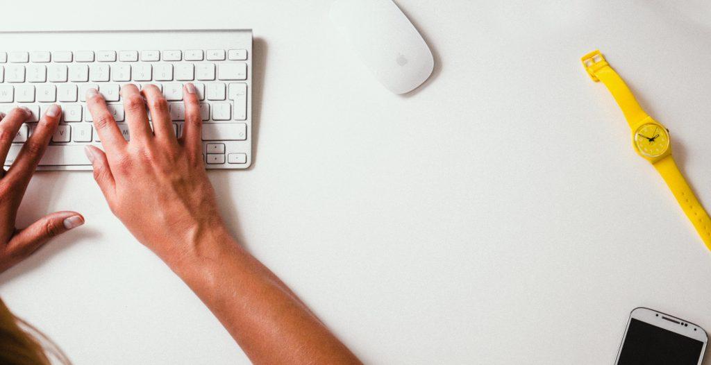 online assistent werkt op afstand vanuit eigen computer